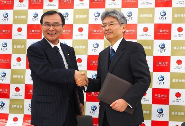 調印式の様子(左:徳久学長、右:平野理事長)