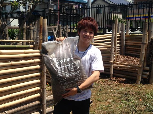 10kgの堆肥を持つ学生