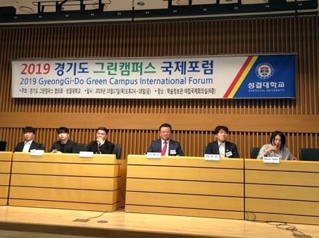 国際会議でパネルディスカッションで発言する学生(右)