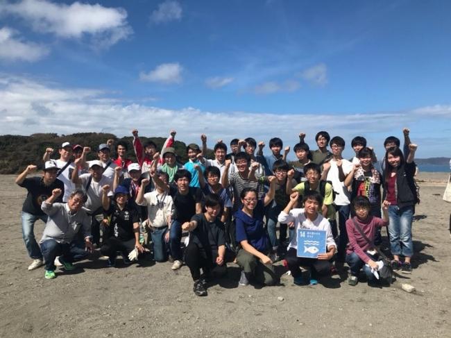 海岸での集合写真(2018年年度)