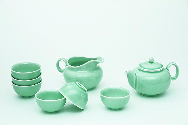 台湾の陶磁器産地「鶯歌」を代表する窯元「安達窯(ANTA POTTERY)」の茶器で提供