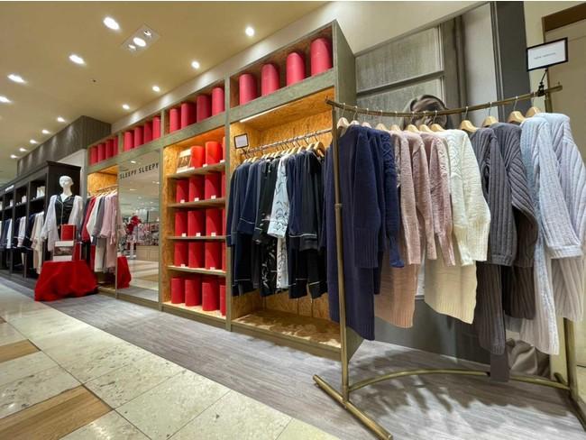 SLEEPY SLEEPY 渋谷ヒカリエShinQs店 真っ赤なBOXとAWコレクションのルームウェアニットが並ぶ。