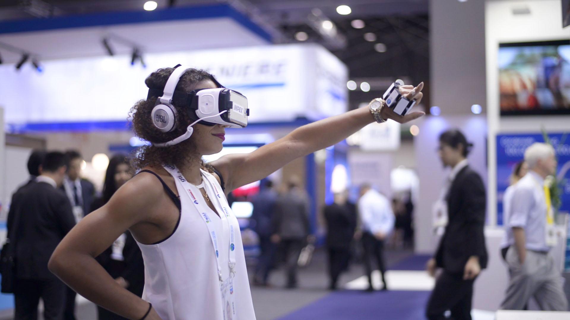 VRでダンスゲームを楽しむ女性の画像