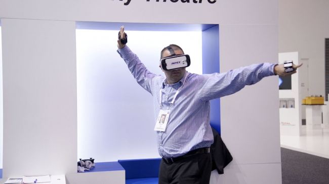 VRでダンスゲームを楽しむ男性の画像