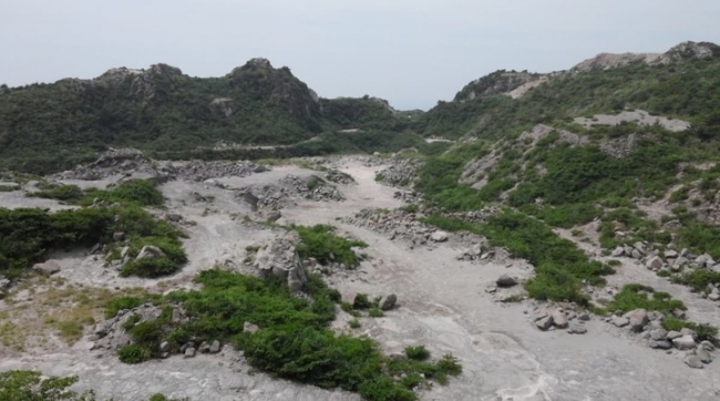1万坪を超える広大な採石場跡(新島)