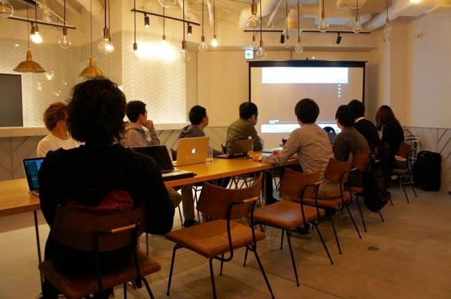 Spotlightの無料体験を提供する「FICTION池袋」の会議風景