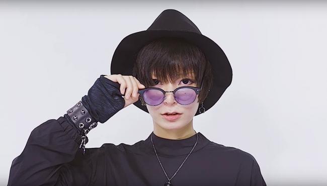 杉浦アヤカがクールなメガネメイクを紹介。