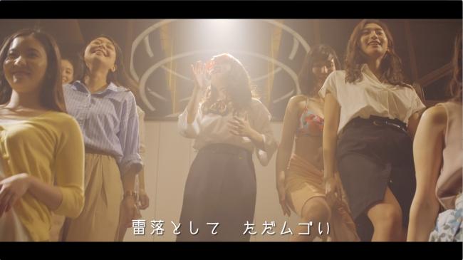 「マウンティング~♪」の音楽に合わせて、2組の女性たちが登場