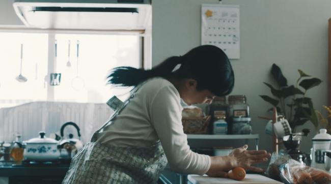 関市PRムービー「もしものハナシ」 野菜にチョップするお⺟さん
