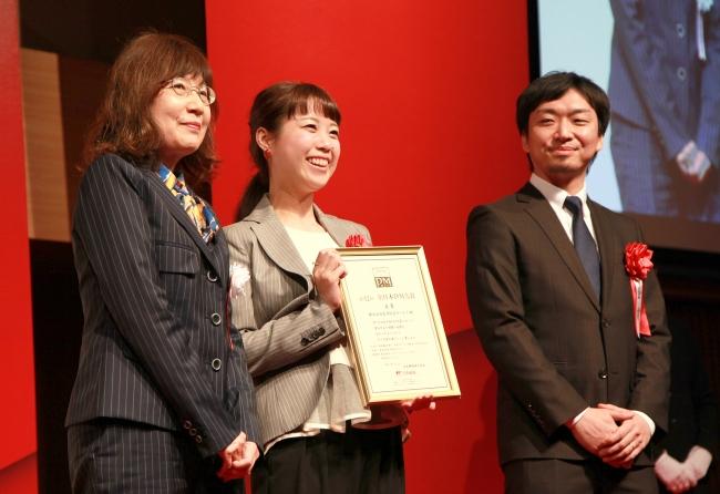 金賞を受賞した生活総合サービス・川本氏(中央)。ダイレクトマーケティングゼロ・水谷(右)。左は審査委員の明石氏。