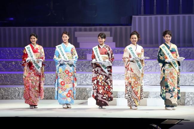 左から、田中蓉さん、藤本美咲さん、寺西麻帆さん、文元麻由奈さん、岡田朋峰さん