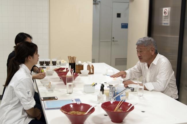「一風堂」創業者の河原成美もカカオ香油開発の現場を訪れ試作に加わりました
