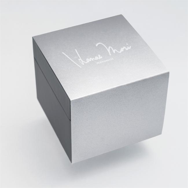 上品な輝きを放つ光沢紙を使用した、 特別仕様のパッケージスリーブにてお届けします。ギフトにもご活用いただける、美しいパッケージです。