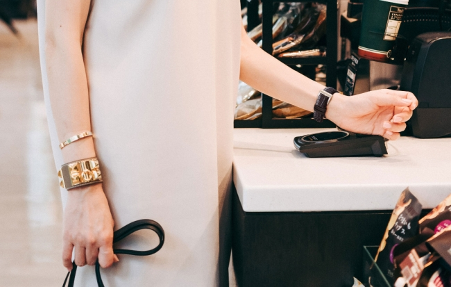 バッグからお財布を取り出すことなく、手首をかざすだけで簡単チャージ&支払いをスマートに、エレガントに。 しかも、お買い物やお食事のお支払いのたびに、ポイントが貯まっておトクです。