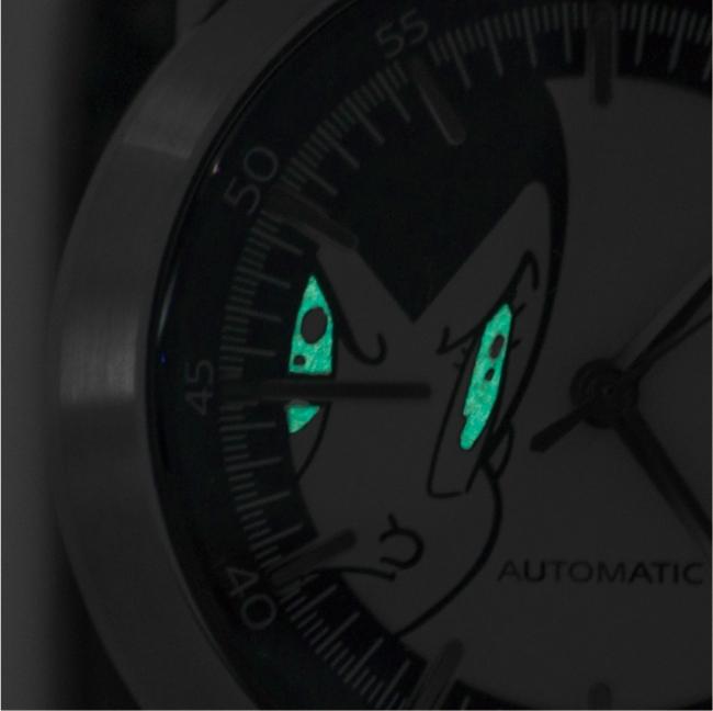 """文字板のアトムの目が蓄光加工で輝く仕掛け。(アトムの""""7つの力""""の1つであるサーチライト)"""