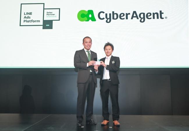 アワードの様子:「Sales Partner」最上位「Diamond」を受賞したサイバーエージェント菊原氏と弊社田端