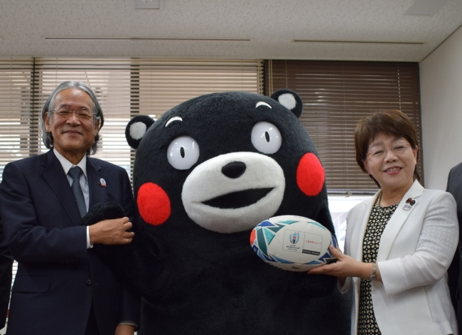 熊本県庁での贈呈の様子