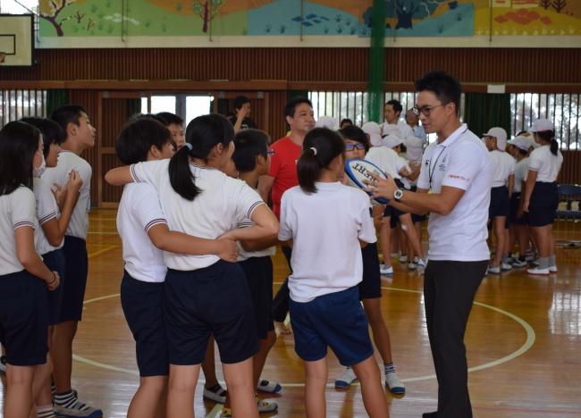 飯野小学校でのラグビー体験交流会の様子