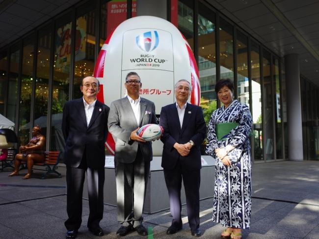 丸ビル外構での贈呈の様子/左から、 吉田社長、 堀田会長、 石川区長、 小池都知事