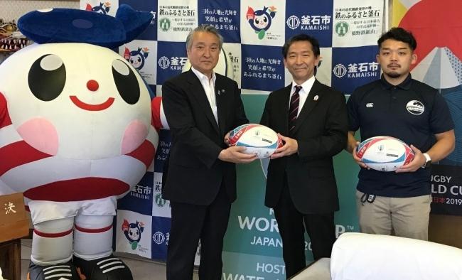 釜石市役所での贈呈の様子/左から、 釜石イメージキャラクター「ラガーかまリン」、 野田市長、 荒井支店長、 小野キャプテン