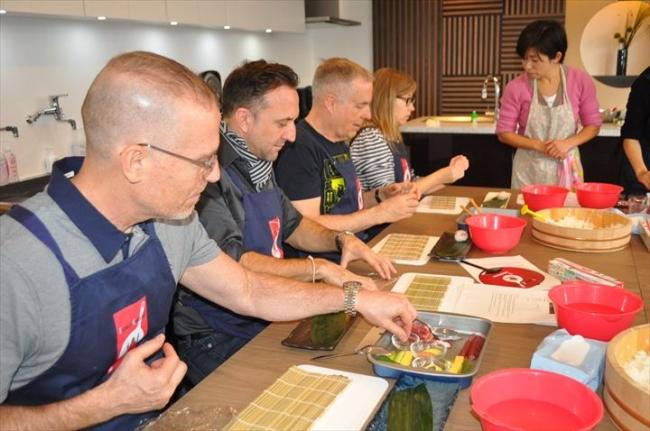 築地に外国人向け和食料理教室、...