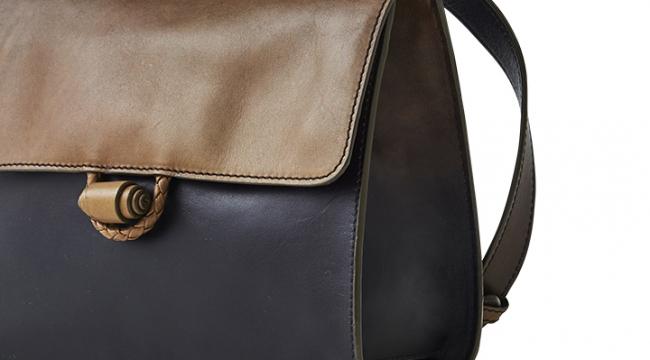 手仕事ならではのふっくらとしたバッグの形状と、暖かみを感じるフラップの留め具