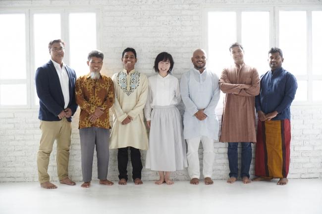 代表兼デザイナー山口(中央)と 各国の職人たち