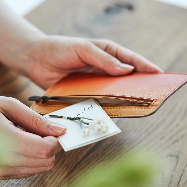 ポケットの中には、お手紙や小さな贈り物を入れることができます。