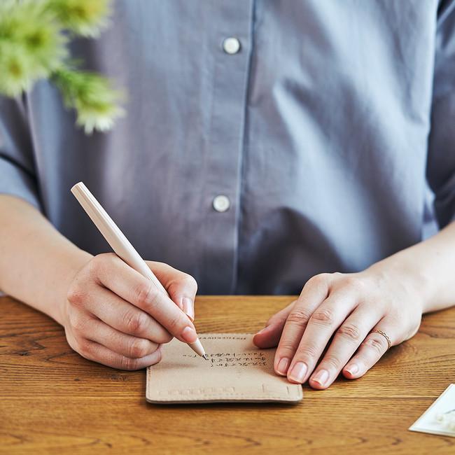 ボールペンや油性ペンなどで、住所や宛名、メッセージを書きます。