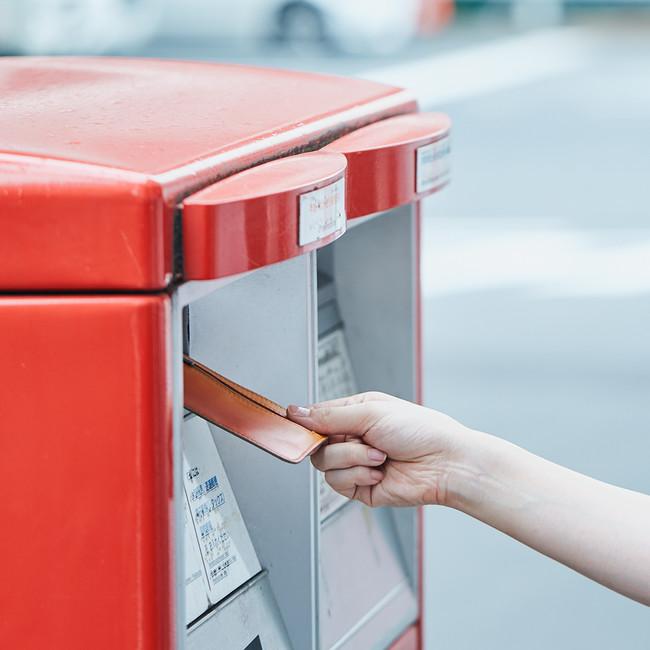 切手を貼って、ポストに投函します。