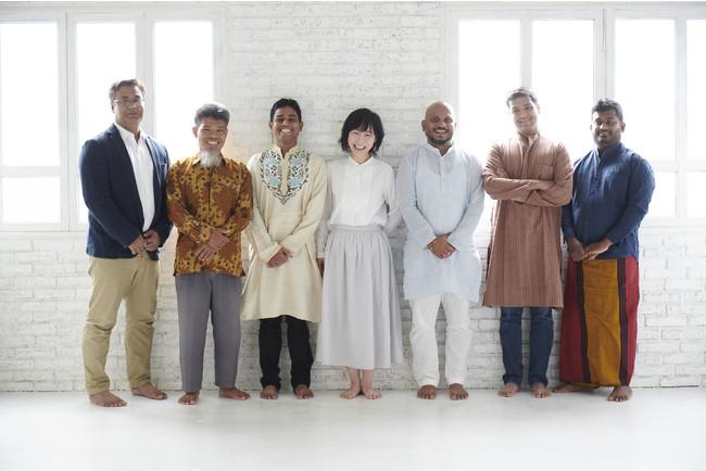 代表兼デザイナー山口(中央)と各国の職人