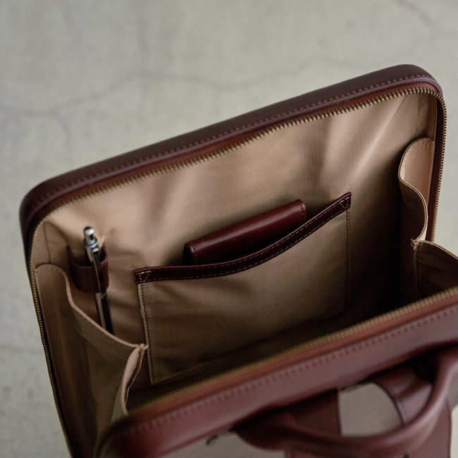 前面のポケットとペン差し。ポケットには折財布やマネークリップが収納可能。