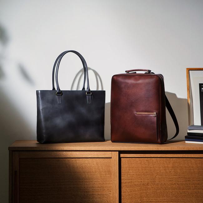 アンティークシリーズのバッグ。革小物もある。