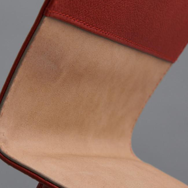 内側はヌバックレザーを使用。起毛したレザーは滑らかで高級感を引き立てます。