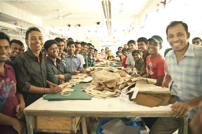 バングラデシュの自社工場のスタッフたち
