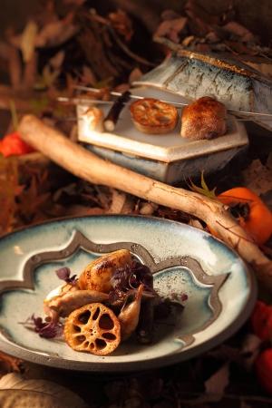 京地鶏の一皿 器:海鼠釉線貼皿/河井亮輝作(手前)海鼠釉六角蓋物/河井武一作(奥)