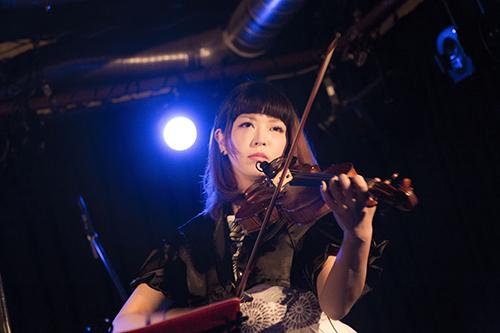 バイオリニストの演奏をお楽しみ下さい
