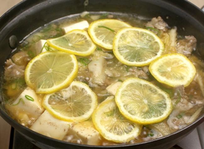 牛肉の旨味が溶け込んだ和風だしに レモンの爽やかな香りが口いっぱいに 広がる『檸檬牛しゃぶ肉吸い』¥900(税抜)ご飯・漬物付き