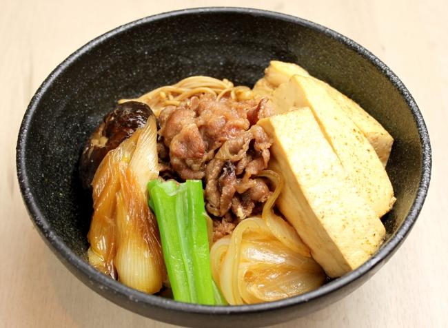 牛肉の旨味とコクが豆腐と お野菜に程よく染み込んだ 『肉豆腐丼』¥800(税抜)漬物・味噌汁付き