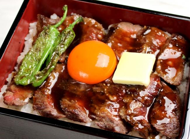 焼きたてジューシーなやわらか サーロインステーキを豪快にほおばる 『サーロインステーキ重』¥2,040(税抜)