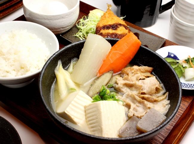 炙り豚汁定食 (アジフライ+ご飯+香の物+玉子)¥1,030《税抜》