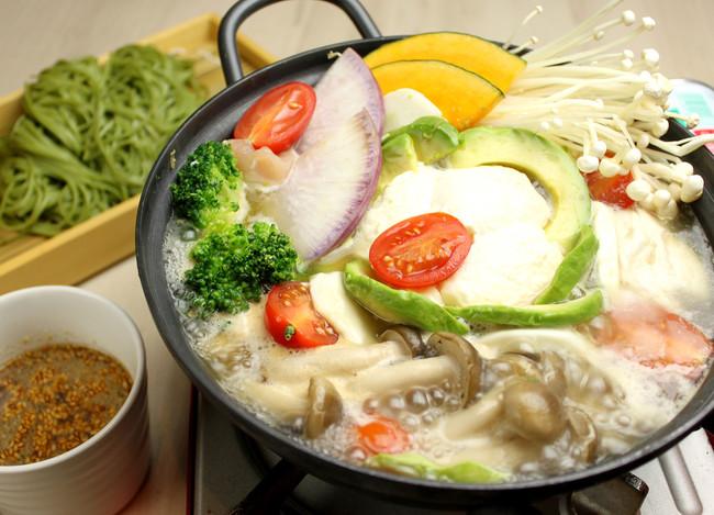 ガーネットトマトと アボカドとモッツァレラとおぼろ 豆腐の茶そば発酵鍋  1人前¥1,850《税抜》