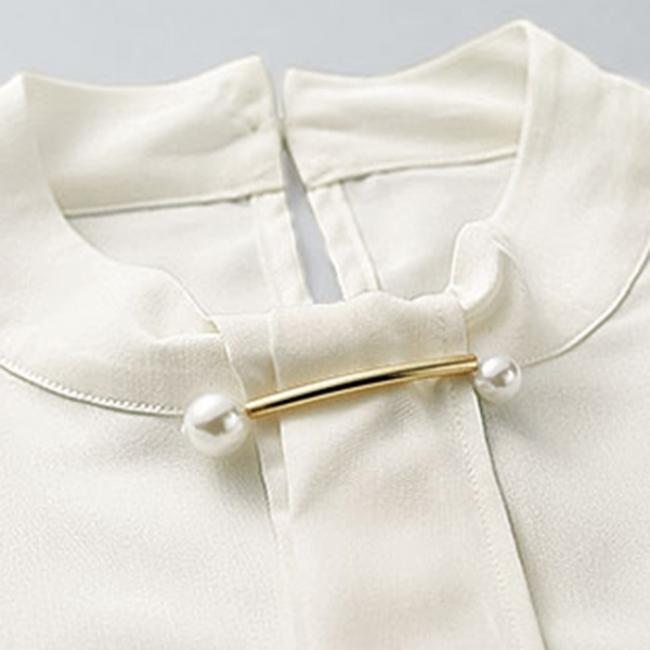 胸元のボウタイデザインできちんと感のある着こなしを演出