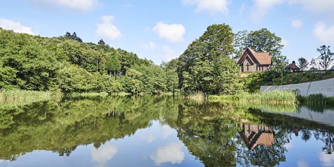 八風湖より望む「水音の教会」