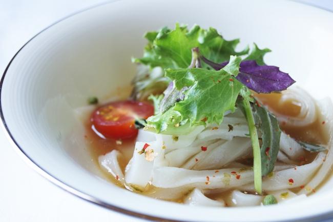 """熊野牛と梅鶏の旨味スープに和歌山県産食材を豊富にのせた米粉麺""""川久フォー″"""