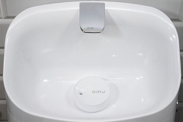 「omu」設置写真(トイレタンクに置くだけで、設置工事は不要です)