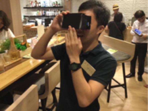 7月にタイ・バンコクで開かれた熊本地震関連のイベント。VRを体験する男性