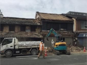 熊本地震でダメージを受け、取り壊される町屋