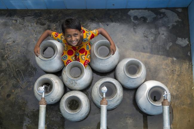 バングラデシュのクルナ管区に暮らすジュリア・ハトゥンさん。ヒ素や塩分の混じった水に悩んできたが、ろ過された水を使えるようになった( WaterAid/DRIK/Habibul Haque)