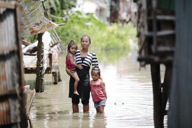 カンボジアのシェムリアップに暮らすスレイ・ヌ ッチさんは、仕事に行っている間に洪水が発生 し、2人の子供が流されてしまうのでは心配する(WaterAid/Tom Greenwood)